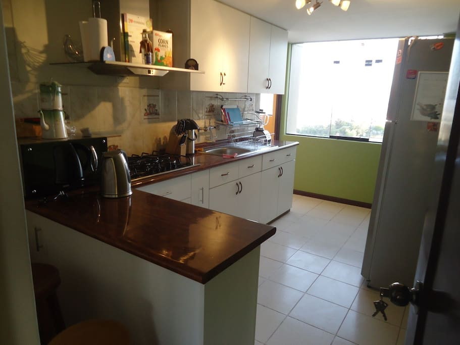 Cocina totalmente amoblada con excelente vista. Kitchen fully-Furnished with excellent view.