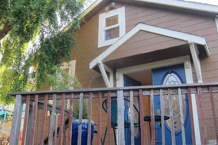 Bright Loft w/ Deck + Clawfoot Tub - 로프트