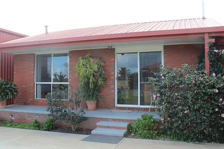 Self-contained flat in Shepparton - Apartment