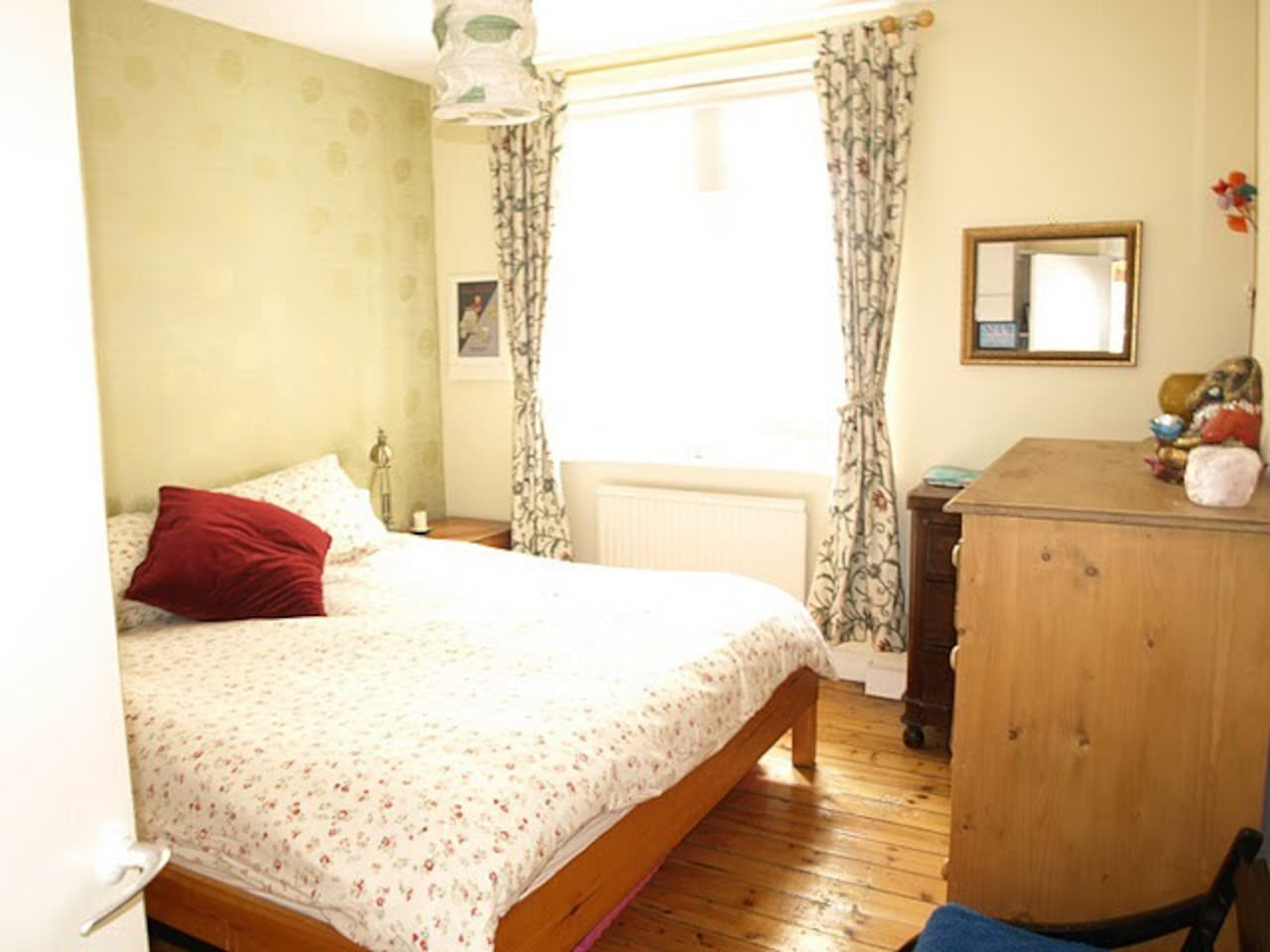 Master bedroom - super-kingsize super comfy bed