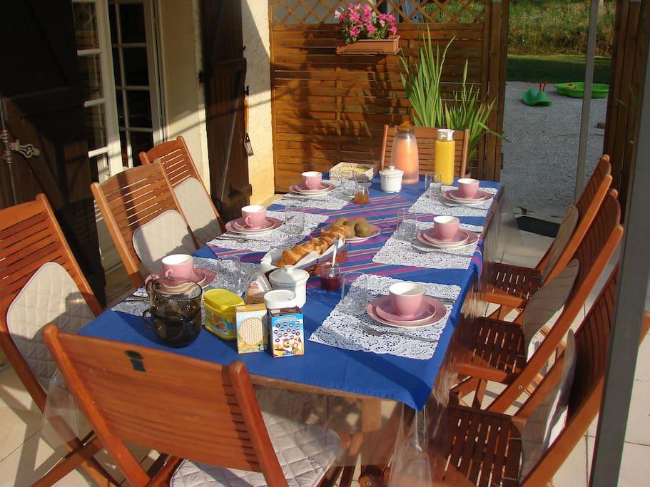 Petit déjeuner en terrasse au soleil levant