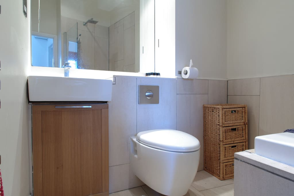 Stunning modern and clean bathroom, in a lovely flat in Zone 1 London