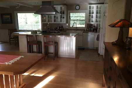 Cozy Lake Oswego Home in Serene Setting w/ Hot Tub - レイクオスウィーゴ