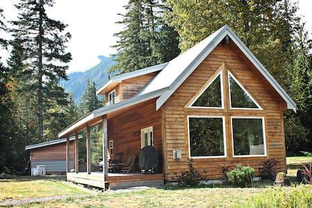Modern Money Creek Cabin - Skykomish - Blockhütte