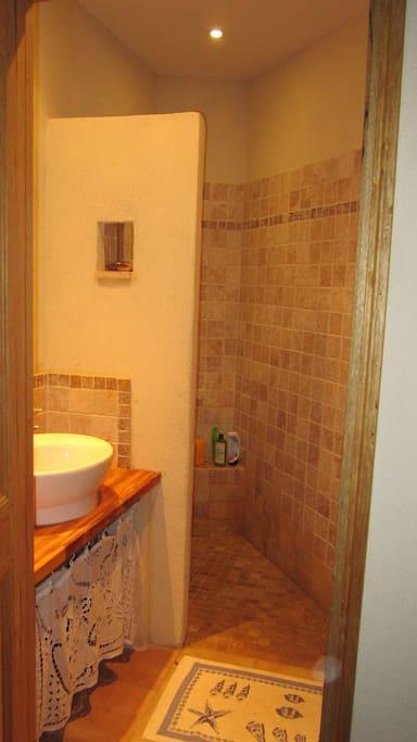 Salle de bain de la seconde chambre.