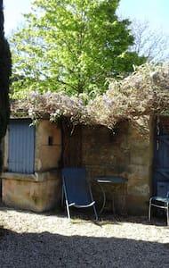Maison en pierre de Caen. Jardin clos plein sud. - House