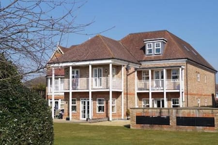 Weybridge penthouse, lift, basement secure parking - Weybridge - Lejlighed