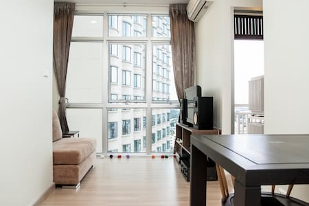 Beautiful and clean one bedroom condo in chic and upscale area. Near BTS station Victory Monument and Ratchaparop Airport link. Salt water pool in the building and easy access to markets and minutes away from Bankok's premier shopping district.