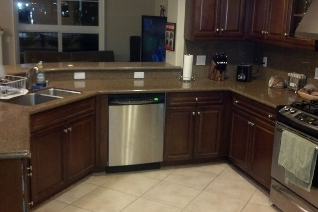 Full kitchen for all your cooking & dining needs
