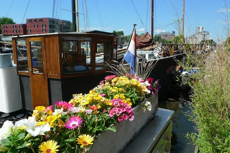 Charming Houseboat City Center