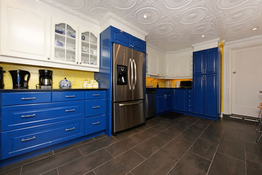 Amazing kitchen esigned by Cordon Bleu-trained chef, heated floors, granite counters...