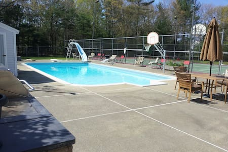 Private retreat setting on 4 acres - Middleborough - House