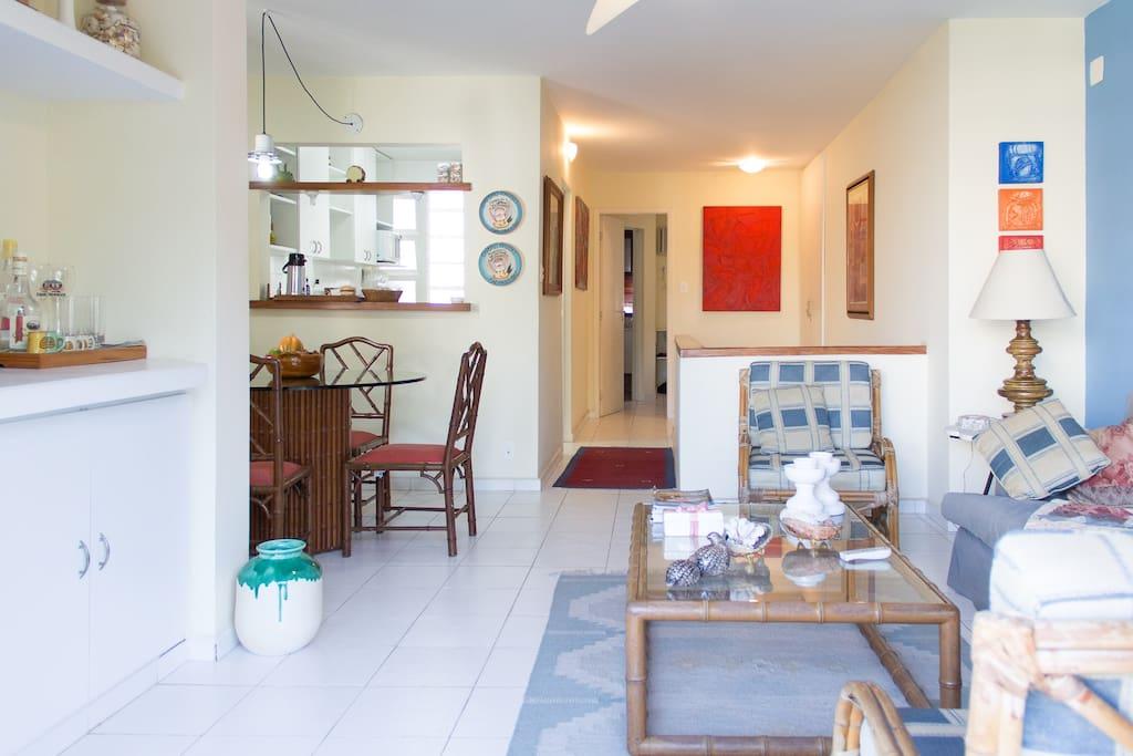 Sala, jantar, cozinha, quarto suite no fundo no piso superior do apartamento duplex.