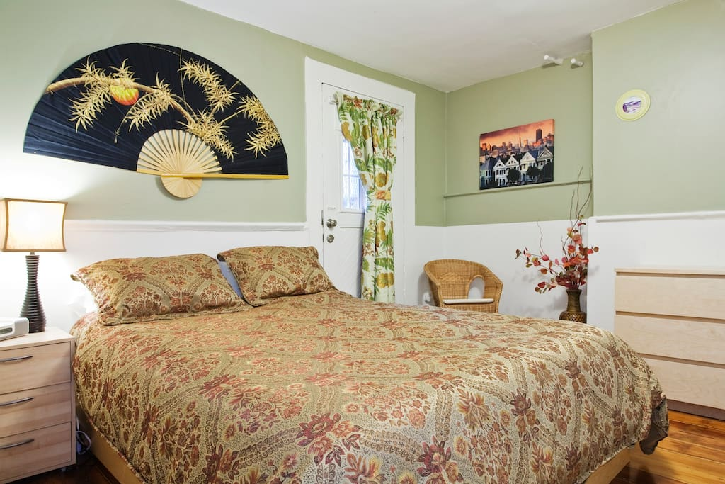 Bedroom with comfortable queen size bed and 300 count cotton sheets