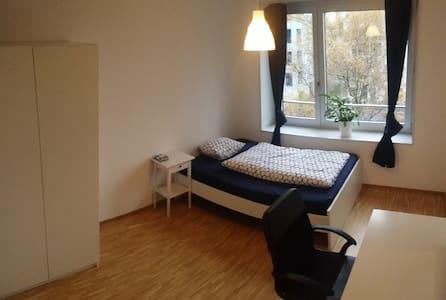 helles Zimmer in angenehmer 3er WG, top Anbindung - Zürich