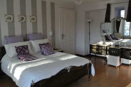 B&B Casa Joop | The Lavender Room - Bed & Breakfast