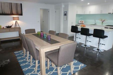 Ben's Place - modern & convenient - Hus