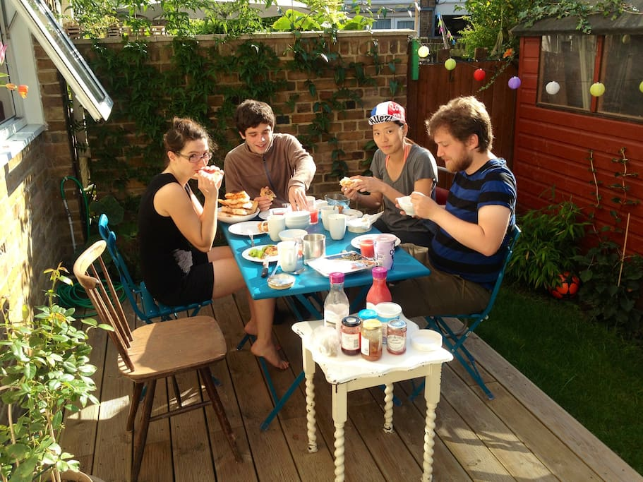 Breakfast with guest in private garden