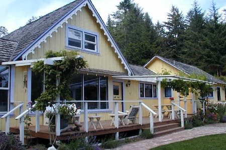 Farmhouse, food & walk to beach - House