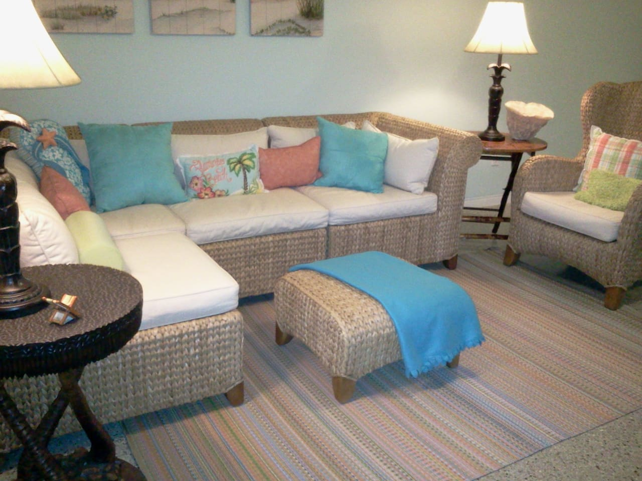 LR w/coastal furnishings & ample seating