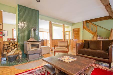 Family-Friendly Home: Ski & Shop - Ház
