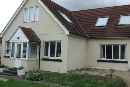 B&B in friendly family home - Clanfield - House