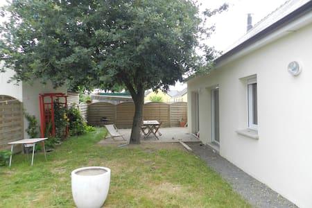 Maison à coté du canal Nantes-Brest. - House