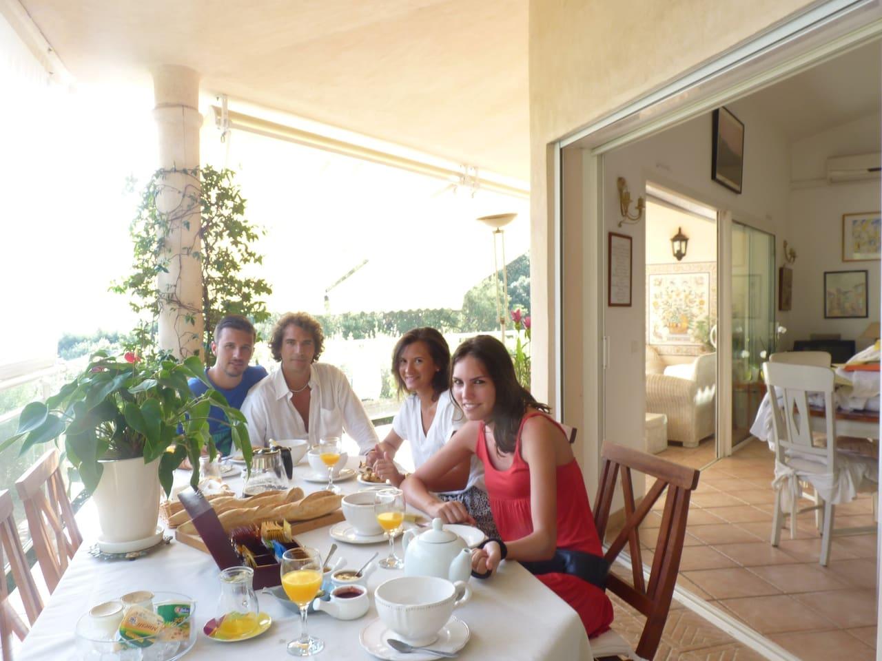 Petit déjeuner servi dans la terrasse ou dans la salle à manger