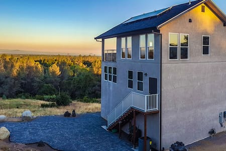 Beautiful new upscale modern home with VIEW - House