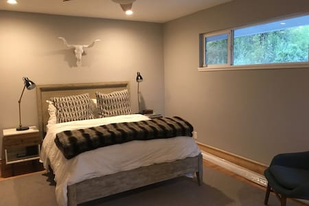 Private master suite in modern San Rafael home. - Maison