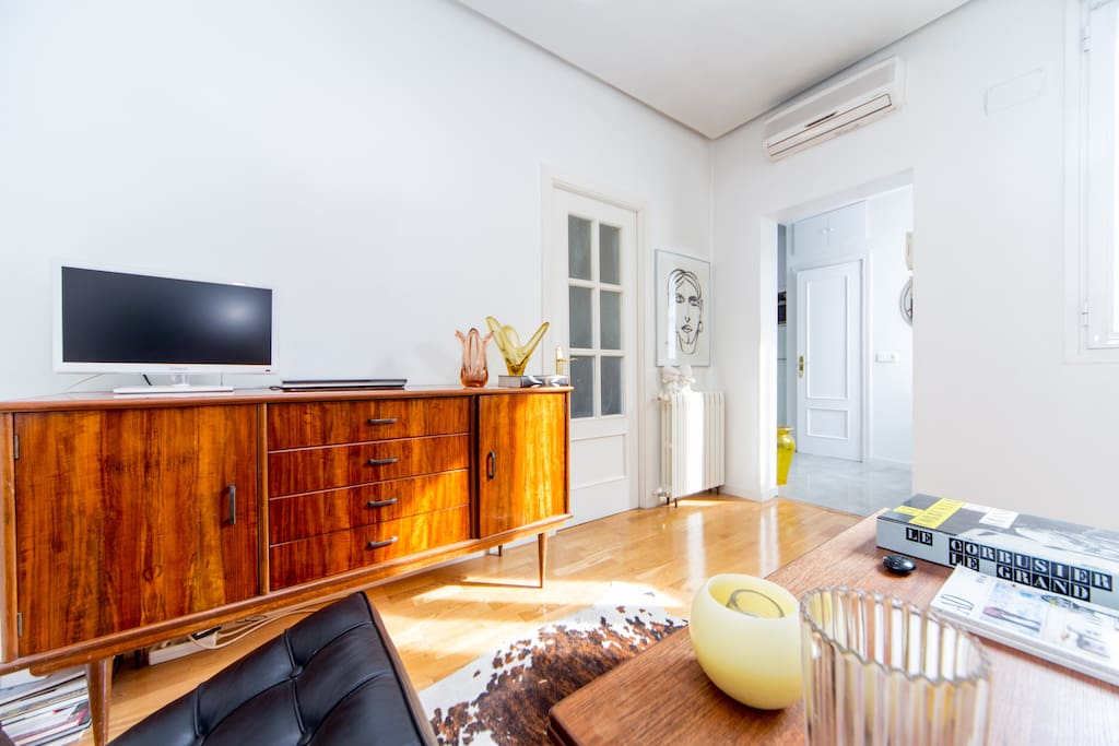 LIVINGROOM - high speed Wifi, tv, dvd, movies, books for your enjoyment.