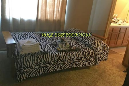 Lovely Vacation room, private restroom, TV, AC! - Casa