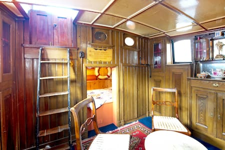 Spacious houseboat in city center!