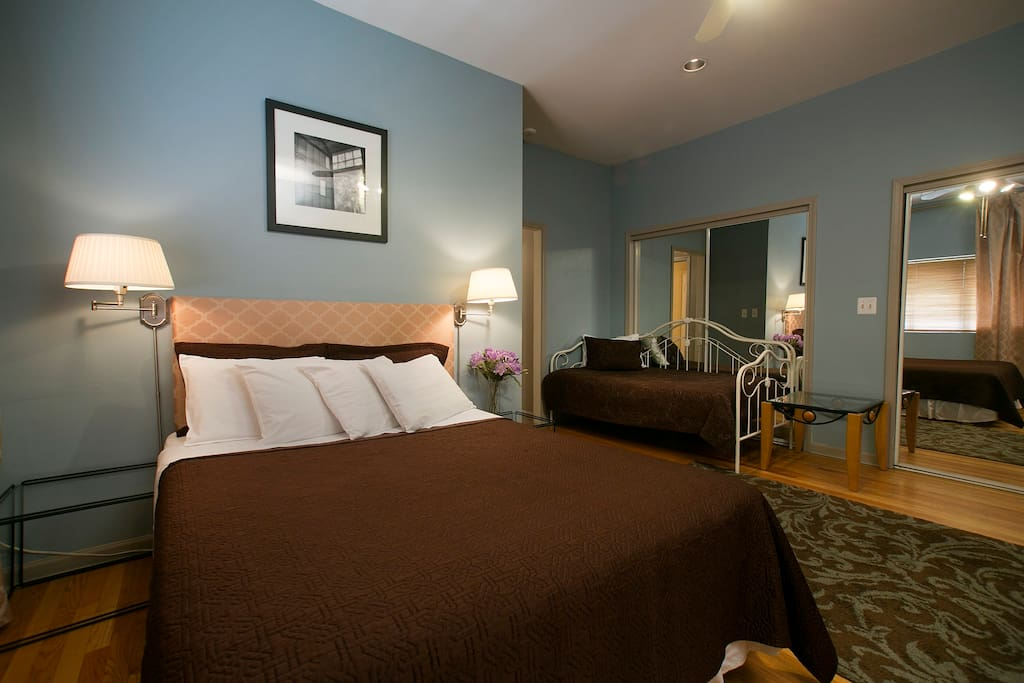 Chicago Guestroom with Queen bed & Twin daybed accommodates up to 3 guests