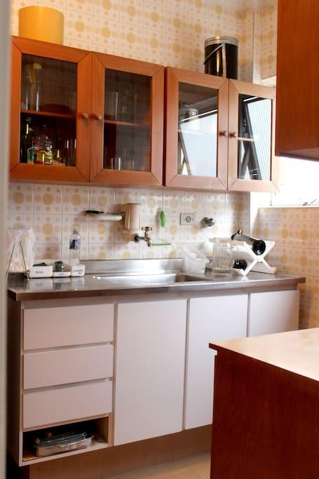 Cozinha - Filtro Latina (água gelada), micro-ondas.