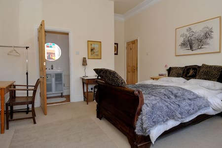 Lovely ensuite room in family house - Liverpool - Bed & Breakfast