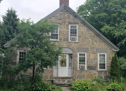 3bd/ 2ba -The 1843 Stone House - Huis