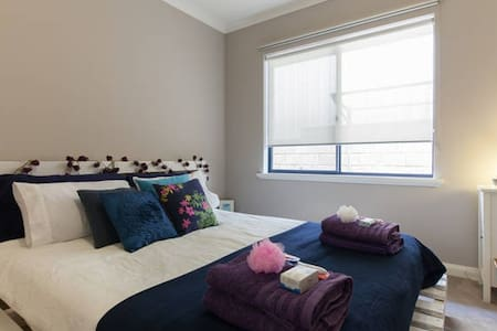 Friendly Freo Feeling - Queen Bed - House