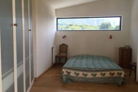 Grande chambre dans maison en bois - Coublevie