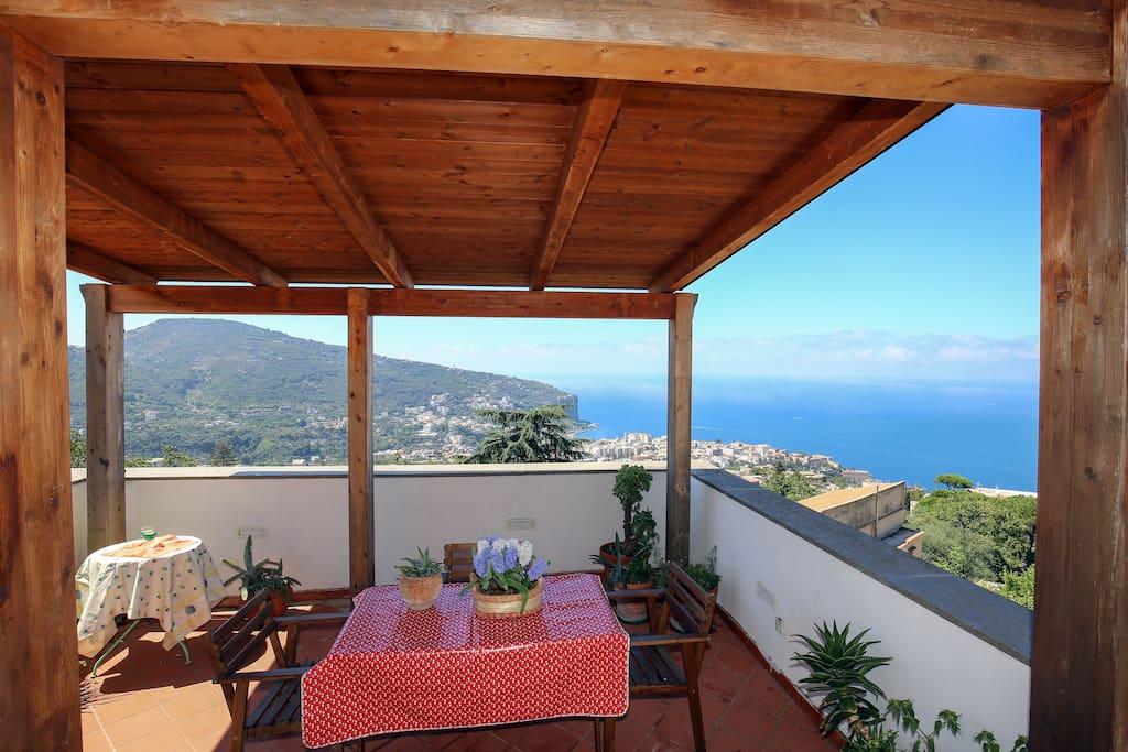 Terrazza zona living all ' aperto con incantevole panorama del territorio della penisola Sorrentina