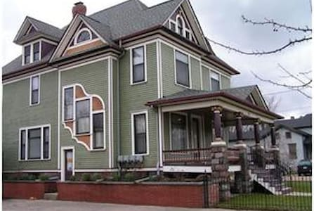 Clark House, Kalamazoo~1 Bdrm Apt - Appartement