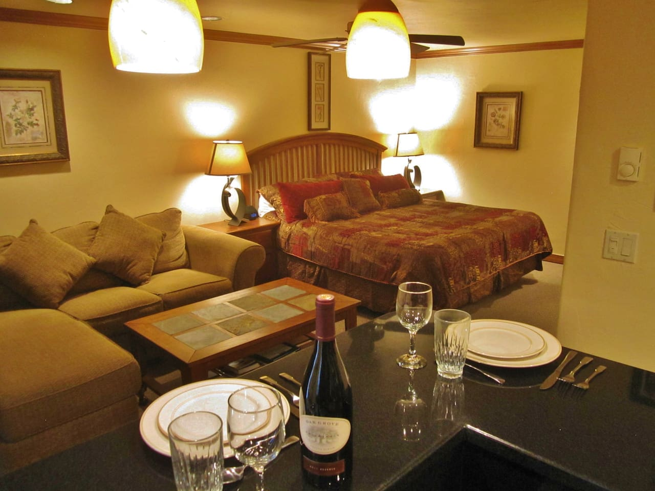 Ski in / Ski out, King Bed, Free Wireless Internet, Pool, Hut Tubs, Sauna, Fully Equipped Kitchen