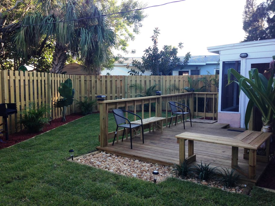 Fenced yard with sundeck and BBQ!