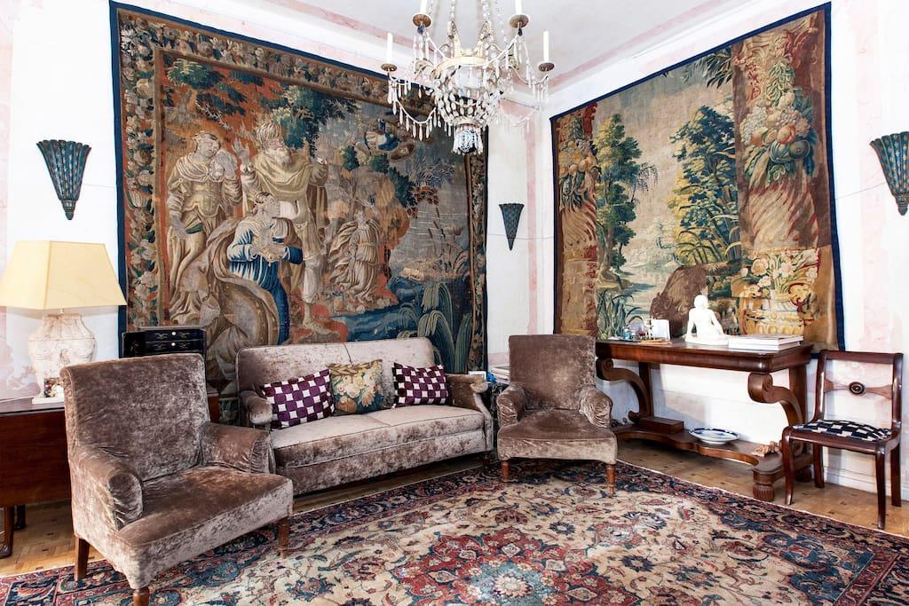 salon de los tapices con lampara Carlos IV , silleria Fernando VII y alfombra persa XIX