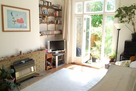 Sunny Crouch End garden flat - Londres