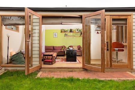 Just gorgeous - garden studio  - Newport - Cabaña