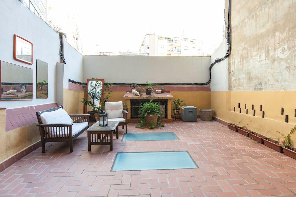 La terraza es muy espaciosa y tranquila