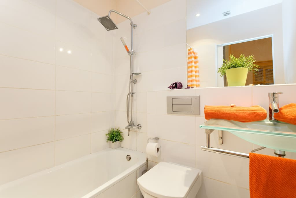 Brandnew bathroom..huge bath tub..Tropical Rain Forest shower, marble floors