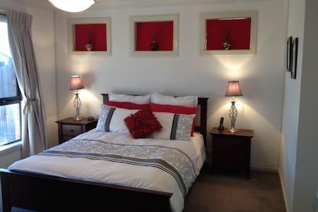 Bedroom with queen bed & ensuite - Maison