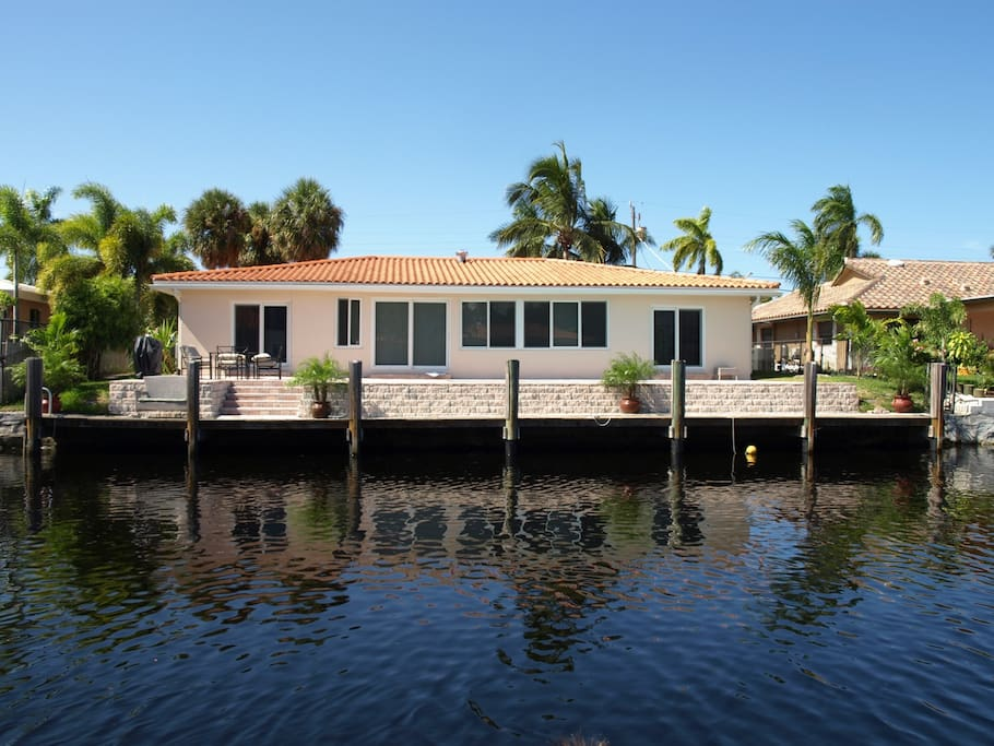 Waterfront home pool near miami houses for rent in for Big houses in miami